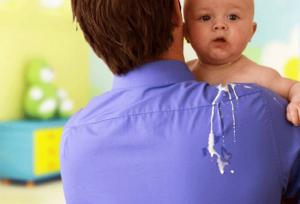 Trẻ bị trớ vì trào ngược dạ dày thực quản