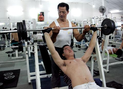 Cứ tập tạ, nâng đồ nặng lại xuất hiện triệu chứng trào ngược dạ dày