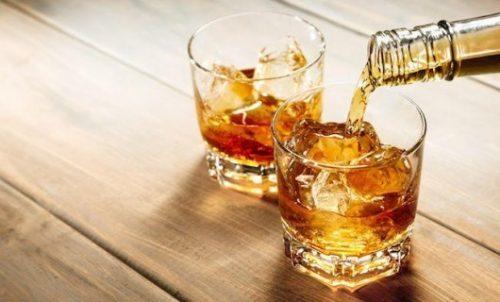 Nóng rát cổ họng thường xuyên do uống Whisky, có là bình thường?