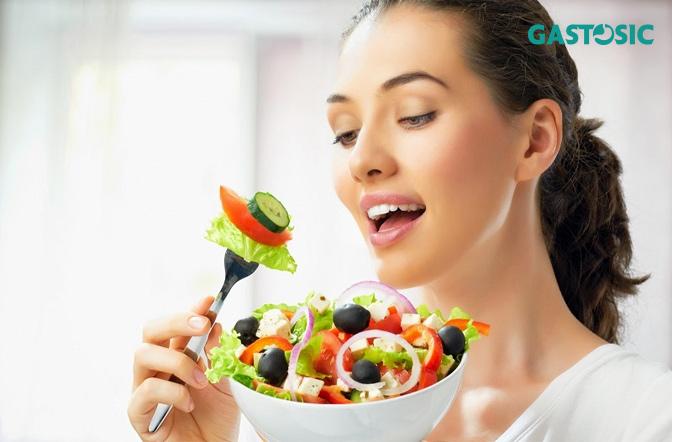 Ăn chậm, nhai kỹ giúp kiểm soát chứng ợ hơi hiệu quả.