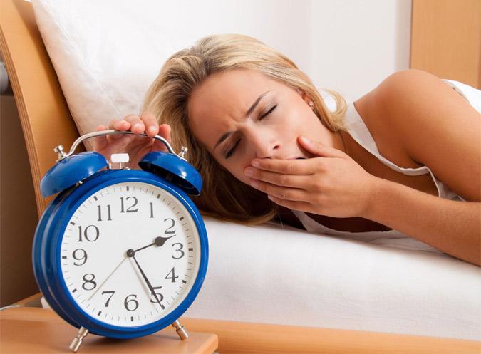 Ngủ quá muộn gây ợ hơi sau khi ăn