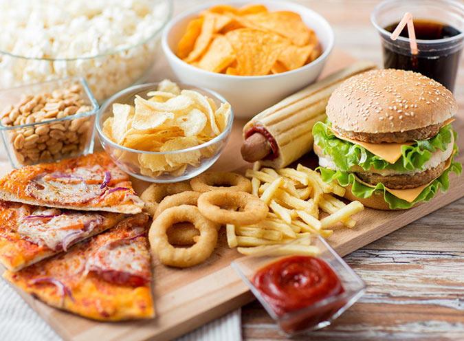 Hạn chế thức ăn nhanh khi bị ợ hơi và buồn nôn