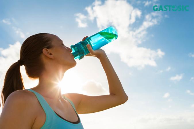 Người bị trào ngược dạ dày tốt nên uống nước tự nhiên